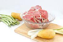 白色背景上玻璃容器内的大块牛肉和土豆食材