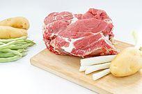 白色背景上的大块生牛肉