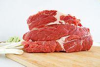 菜板上的大块生牛肉高清大图