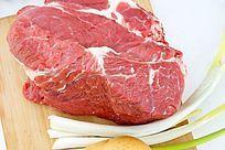 菜板上的大块生牛肉高清拍摄