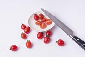 刀和切开的小番茄
