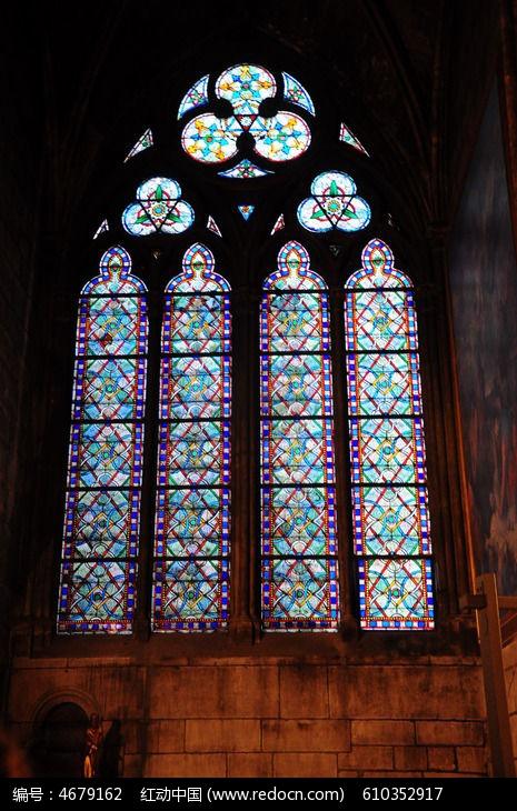 教堂内彩色油画玻璃窗户