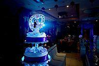 聚光灯照射在蛋糕塔上的人物造型