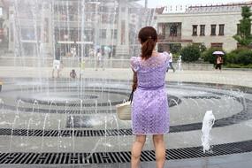 看喷泉的美女