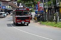 一辆迎面而来的红色巴士