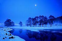 月光下的不冻河