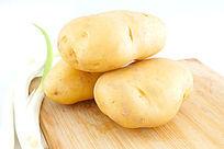 菜板上的土豆高清大图