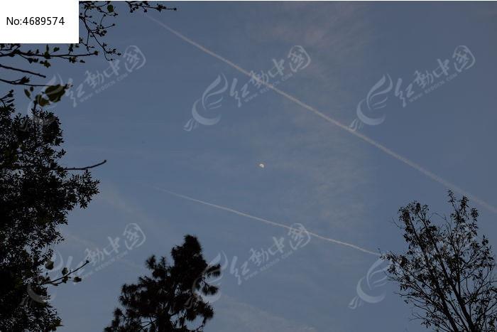 飞机在空中留下的痕迹