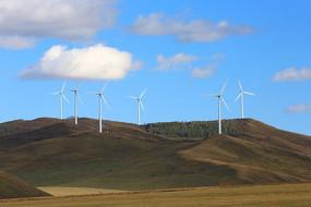 高速旋转的风力发电机