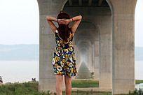 桥洞里的女人