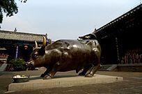 泰山老君堂大院内的铜牛雕塑