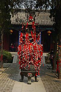 挂满吉祥红丝带的铸铁塔
