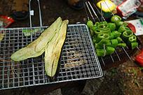 烧烤炉上的茄子青菜