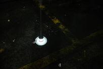 水面反射的路灯
