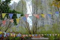 树林中的三角旗