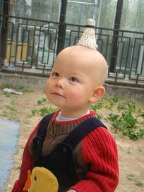 头顶着羽毛球的孩子