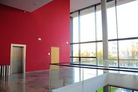校园红色电梯等候区