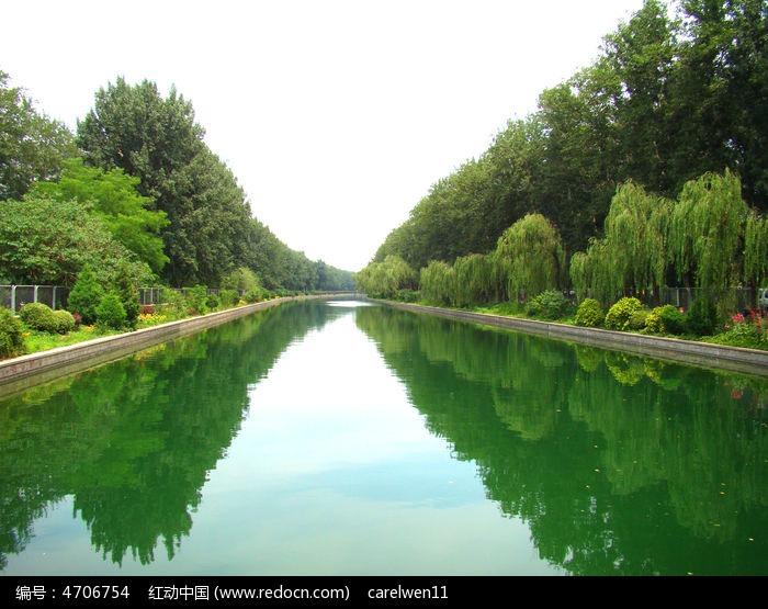 湖边两边树木的倒影图片
