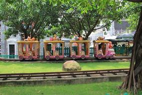 漂亮的游乐园小火车