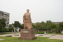 宣仲人物雕像