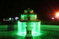 夜晚灯光下的喷泉