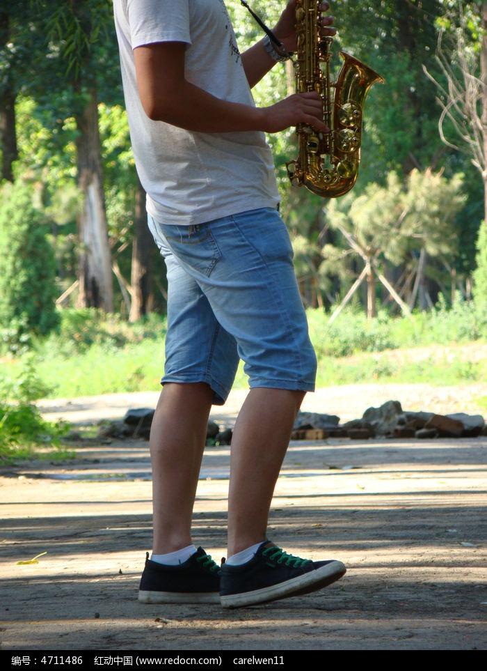 表演吹萨克斯的青年图片,高清大图 乐器素材