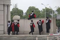 毕业拍照的大学生