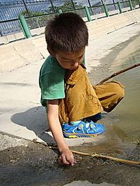 爱玩水的孩子