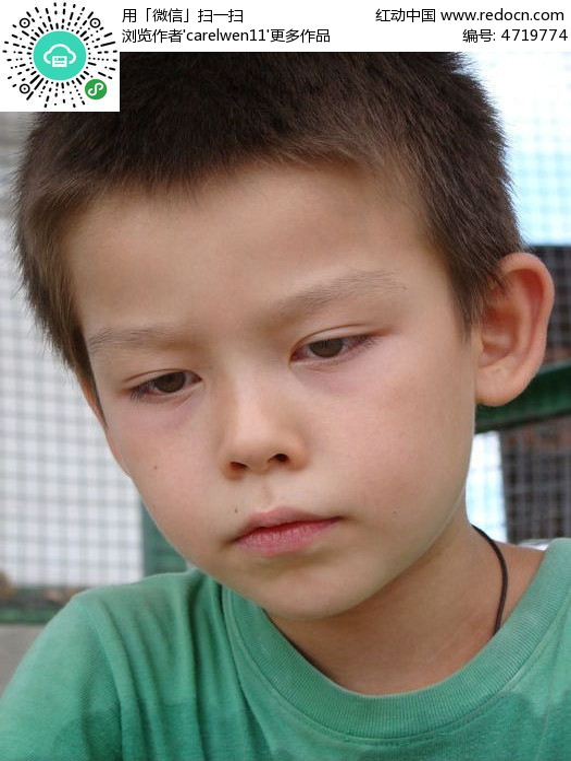 撅嘴的孩子图片