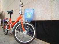 靠在墙旁边的自行车