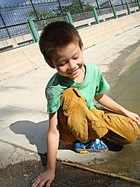 摸着水安静的笑了的孩子