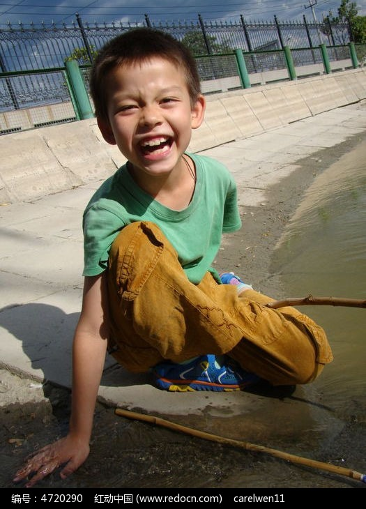 摸着水大笑的孩子图片