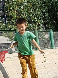 拿着渔网跑的孩子