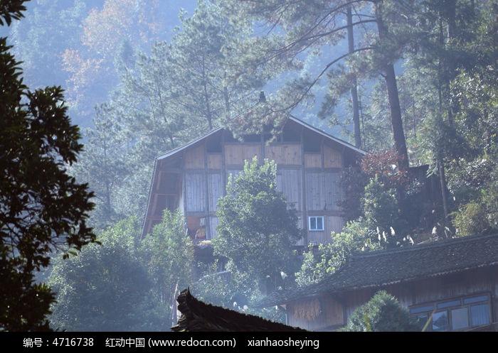 朦胧山中小屋图片