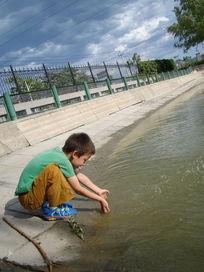 玩水的孩子
