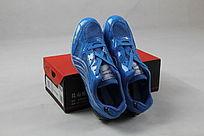 一对蓝色运动鞋
