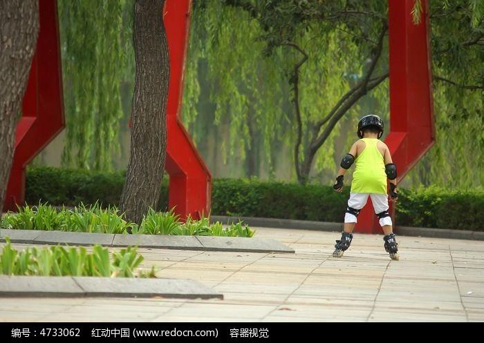 练习轮滑的小孩子背影图片