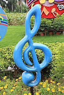 淡蓝色音乐符号雕塑图片