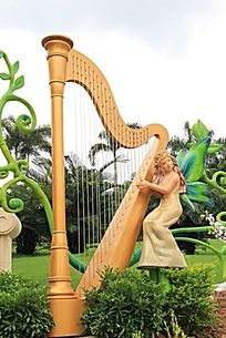 弹奏的小女孩雕塑作品
