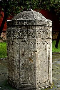 多边形的古建石碑