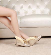 金色豆豆鞋侧面上脚