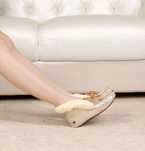 金色软底鞋侧面上脚