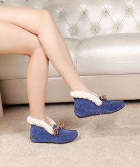 蓝色软底鞋侧面拍摄