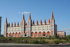 蓝天白云下的俄式建筑