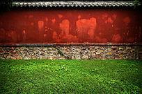 色彩艳丽的岱庙古建红墙绿草地