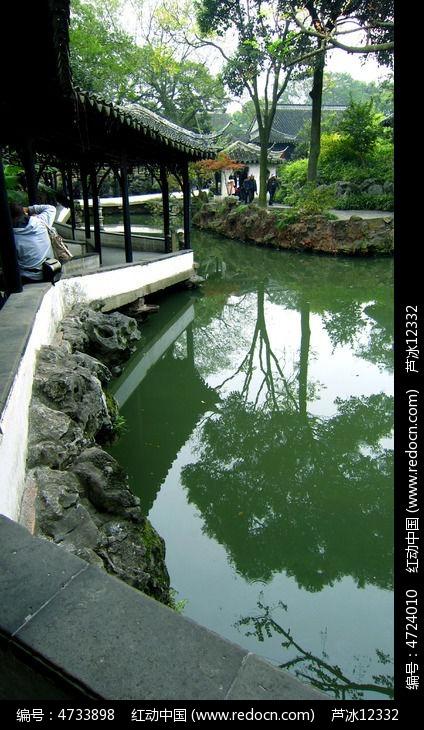 苏州园林拙政园水池长廊