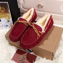 酒红鞋子侧面拍摄暖和
