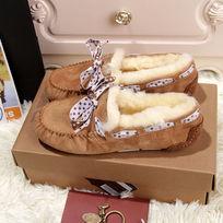 骆驼色豆豆鞋毛茸茸暖和侧面拍摄