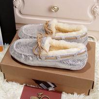 蜥蜴纹白银色豆豆鞋侧面拍摄