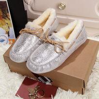 蜥蜴纹白银色豆豆鞋侧面拍摄暖和